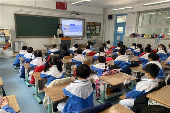 老师指导同学们收看防疫教育视频.jpg